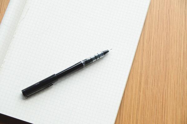 бумага и шариковая ручка