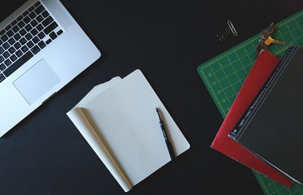 ноутбук, записная книжка и шариковая ручка