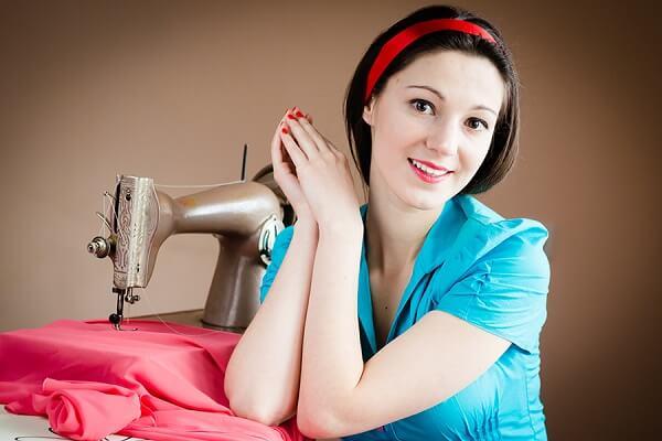 девушка и швейная машина