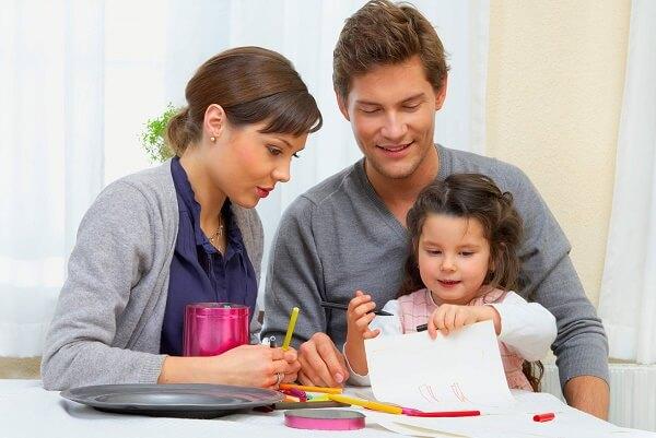 мама и папа рисуют с дочкой