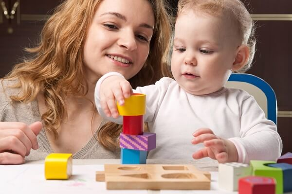 ребенок с мамой играют в кубики