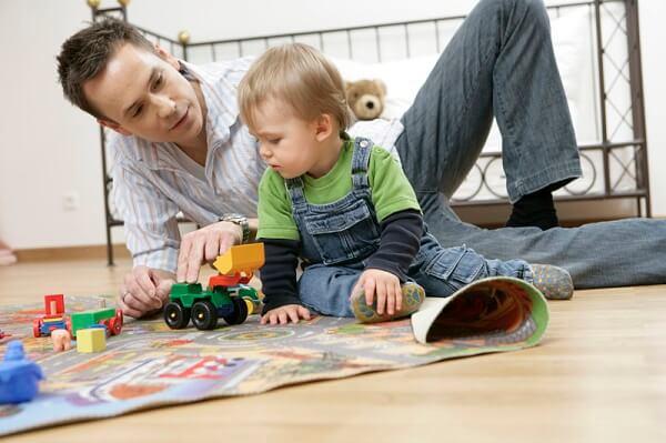 малыш играет с папой в машинки